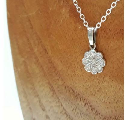 Hanger ~ Witgouden 14 karaats bloem hanger met diamanten