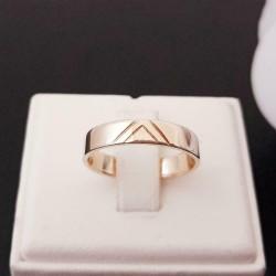 Ring ~ Gouden 14 karaats Gladde klassieke Ring met een subtiele Motief