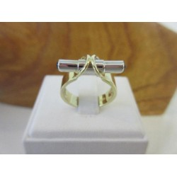 Ring ~ Gouden 14 karaats bicolor (wit- en geelgoud) ring met Saffier