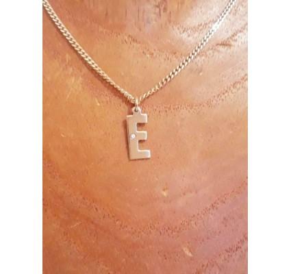 Hanger ~ Gouden 14 karaats Letter E hanger met Diamant