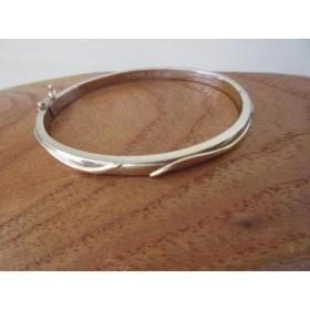 Armband ~ ALIA Witgouden Brede Armband met erop een Geelgouden Golvende 3D design